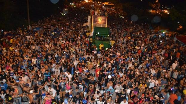 Bloco dos Raparigueiros e Baratona levam mais de 500 mil pessoas às ruas de Brasília